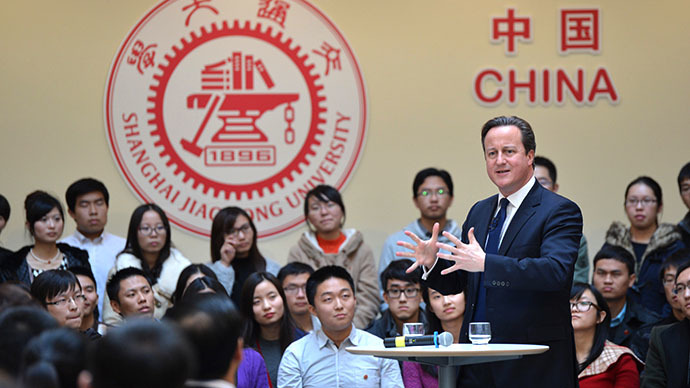 This picture taken on December 3, 2013 shows British Prime Minister David Cameron (R) delivering a speech at Shanghai Jiao Tong University in Shanghai. (AFP Photo)