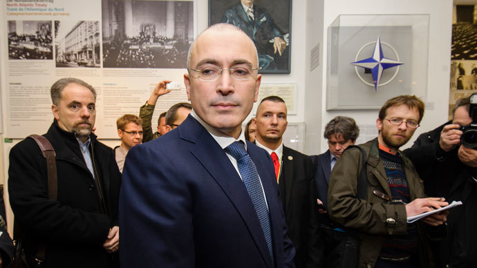 Former Russian oil tycoon Mikhail Khodorkovsky (C) arrives at the Wall Museum in Berlin on December 22, 2013 to give a press conference few days after he was released after 10 years of jail. (AFP Photo / Clemens Bilan)