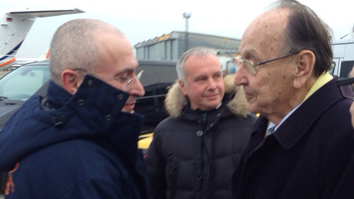 Mikhail Khodorkovsky and Hans-Dietrich Genscher in Berlin-Schoenefeld airport (source: khodorkovsky.ru)