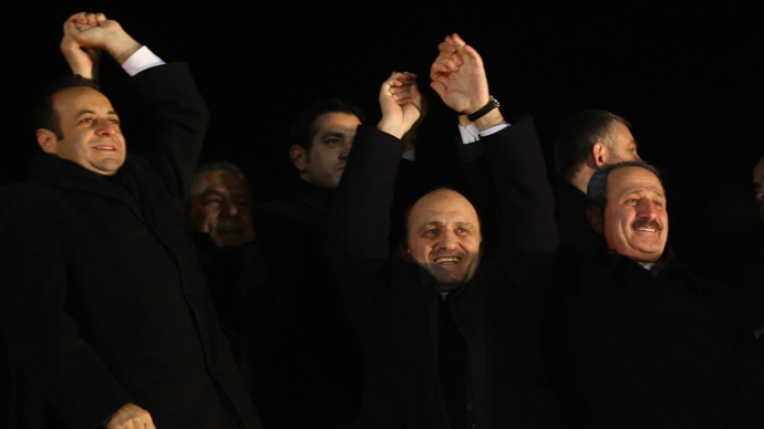 (L-R): Turkey's European Affairs Minister Egemen Bagis, Interior Minister Muammer Guler, Environment and City Planning Minister Erdogan Bayraktar and Economy Minister Zafer Caglayan greet their supporters at Esenboga Airport in Ankara December 24, 2013  (AFP Photo / Adem Altan)