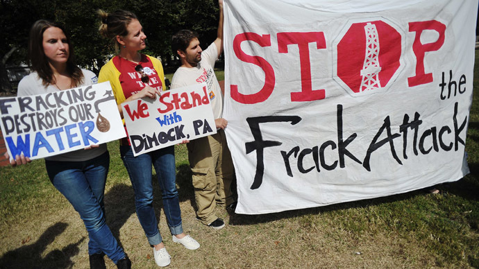 "Opponents of hydraulic fracturing or ""fracking"" hold placards during a rally in Lafayette Square, across from the White House, on September 25, 2013 in Washington, DC.  (AFP Photo/Mandel Ngan)"