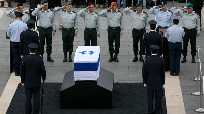 Israeli army officers salute in front of the flag draped coffin of former Israeli prime minister Ariel Sharon as he lies in state at the Knesset, Israel's parliament, in Jerusalem January 12, 2014 (Reuters / Darren Whiteside)