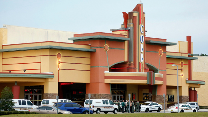 Police tape surrounds the Cobb Grove 16 movie theater in Wesley Chapel, Florida, January 13, 2014 (Reuters / Mike Carlson)