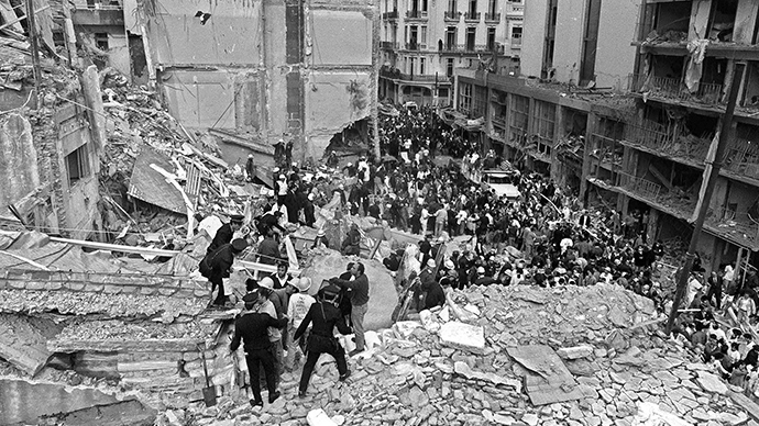 (FILE) Firemen and policemen search for wounded people after a bomb exploded at the Argentinian Israelite Mutual Association (AMIA in Spanish) in Buenos Aires, 18 July 1994. (AFP Photo / Ali Burafi)