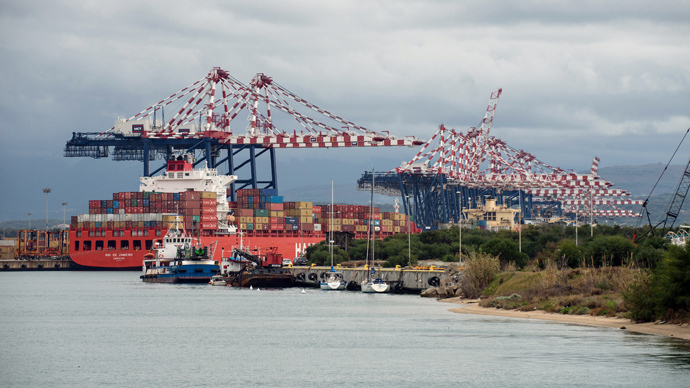 This picture taken on January 15, 2014 shows the Italian port of Gioia Tauro, in the southern region of Calabria, a site that will be used to transfer Syrian chemical weapons. (AFP Photo / Alfonso Di Vincenzo)