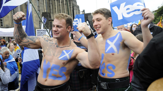 Pro-independence supporters wearing kilts pose for photographs as people gather for a rally in Edinburgh on September 21, 2013. (AFP Photo)