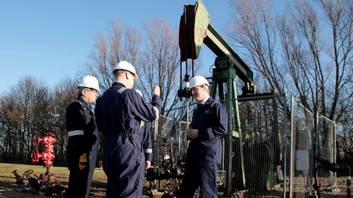 British Prime Minister David Cameron (R) is taken on a guided tour of the IGas shale drilling plant oil depot by Operations Manager Andrew Austin (L) and Chief Operating Officer John Chief Blaymyers (c) near Gainsborough, Lincolnshire on January 13, 2014. (Reuters / Lindsey Parnaby)