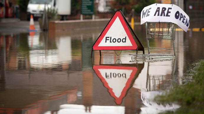 A flood warning sign sits in the road in Upton Upon Severn, England on January 4, 2014. (AFP Photo / Leon Neal)