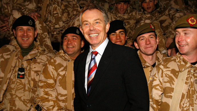 Britain's Prime Minister Tony Blair (C) visits British troops in Basra, southern Iraq December 17, 2006. (Reuters / Eddie Keogh)