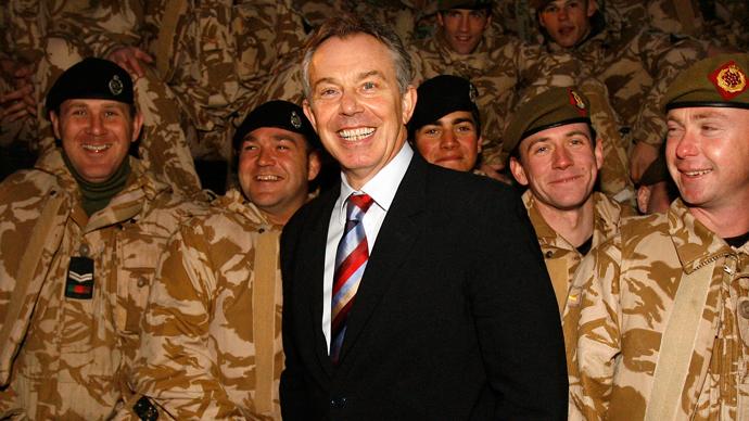 Britain's Prime Minister Tony Blair (C) visits British troops in Basra, southern Iraq December 17, 2006. (Reuters / Eddie Keogh)