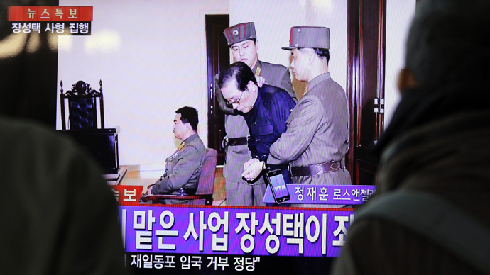 People watch television news showing Jang Song-thaek in court before his excution on December 12, 2013, at the rail station in Seoul on December 13, 2013 (AFP Photo / Woohae Cho)