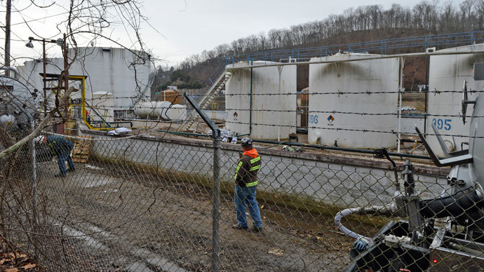 Leaking MCHN tanks at Freedom Industries are being off loaded into tanker trucks on January 10, 2014 in Charleston, West Virginia.(AFP Photo / Tom Hindman)