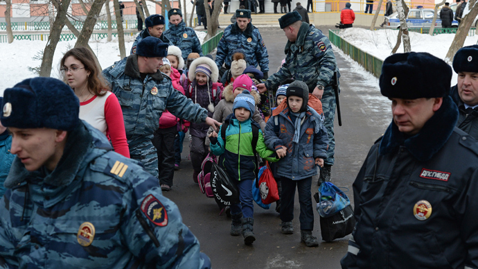 Police officers escort children out of Moscow School No. 263, which was entered by an armed student of the school's senior class. (RIA Novosti / Maksim Blinov)