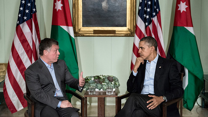 US President Barack Obama (R) listens while King Abdullah II of Jordan makes a statement for the press before a meeting at The Annenberg Retreat at Sunnylands February 14, 2014 in Rancho Mirage, California. (AFP Photo / Brendan Smialowski)