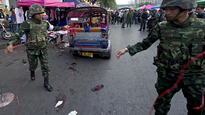 Thai soldiers inspect the site of bomb blast near an anti-government rally in Bangkok on Fenruary 23, 2014. (AFP Photo / Porchnai Kittiwongsakul)