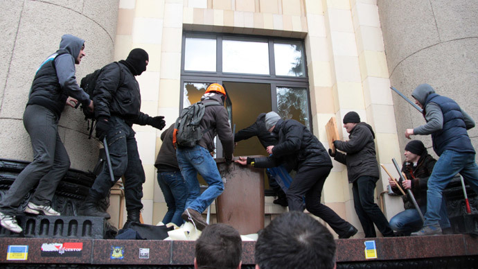 Pro-Russian activists try to re-capture the regional government building in Kharkov from nationalist pro-Maidan protesters on March 1, 2014.(AFP Photo / Sergey Bobok)