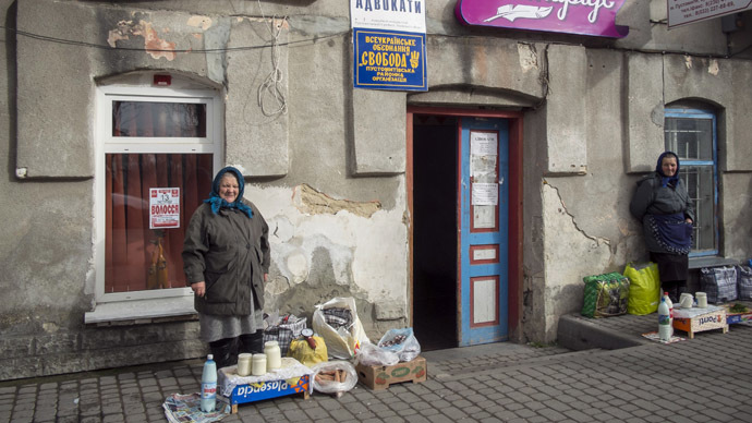 Street vendors wait for customers in the small Ukrainian town Pustomyty, near the western city Lviv (Reuters/Gleb Garanich)