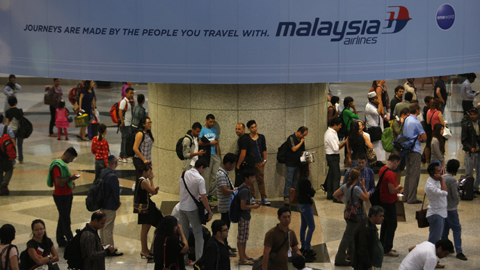 Passengers queue up for customs checks at the Kuala Lumpur International Airport in Sepang March 9, 2014 (Reuters / Edgar Su)