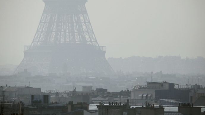 A view of the Eiffel Tower seen through thick smog, on March 14, 2014, in Paris..(AFP Photo / Patrick Kovarik)