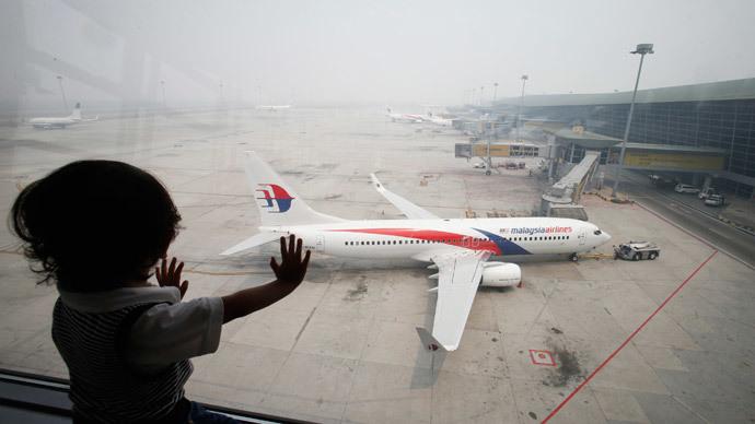 A boy looks out a window overlooking the haze-covered Kuala Lumpur International Airport in Sepang, outside Kuala Lumpur June 24, 2013.(Reuters / Bazuki Muhammad )