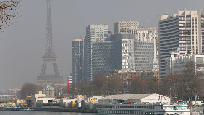 A view of the Eiffel Tower seen through smog, on March 14, 2014, in Paris.(AFP Photo / Thomas Samson)
