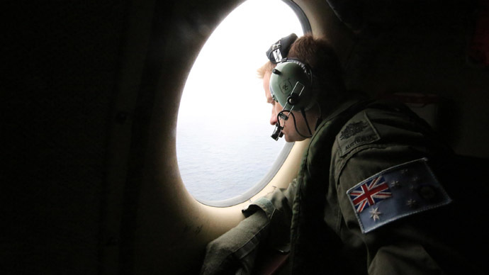 A photo taken on March 21, 2014, shows a crew member on a Royal Australian Air Force AP-3C Orion aircraft participating in the Australian Maritime Safety Authority-led search for Malaysia Airlines Flight MH370 in the Southern Indian Ocean. (AFP Photo/Bohdan Warchomij)