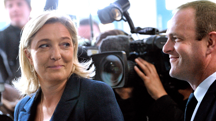 Marine Le Pen (L) and her his substitute General secretary of the FN Steeve Briois (R) (AFP Photo / Philippe Huguen)