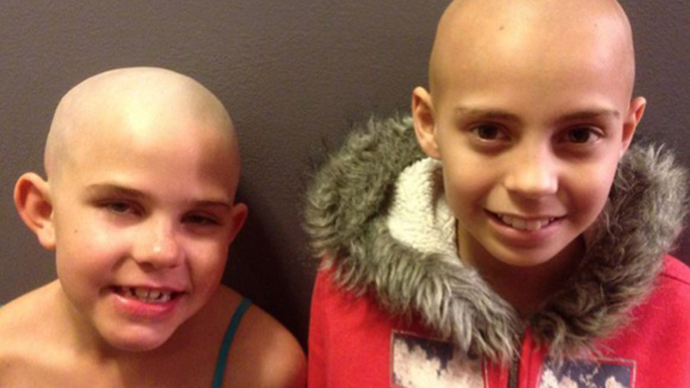 Kamryn Renfro (left) and her friend friend battling cancer. (Image from facebook.com)