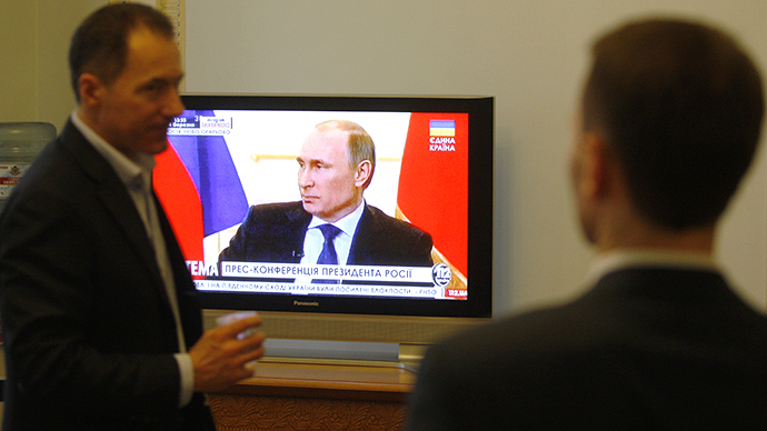 Deputies of the Ukrainian parliament watch TV in Kiev during press-conference of the Russian President Vladimir Putin on March 4, 2014. (AFP Photo / Yury Kirnichny)
