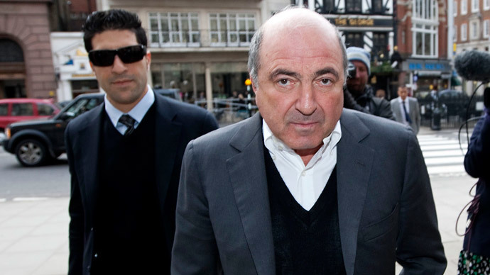 Boris Berezovsky (R) arrives at the High Court in central London, on March 10, 2010 with bodyguard Avi Navama. (AFP Photo / Carl Court)