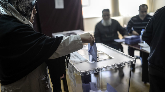 A Turkish woman casts her vote in Istanbul on March 30, 2014 as Turkey gears up for local elections ahead of a presidential vote in six months and parliamentary polls next year. (AFP Photo/Bulent Kilic)