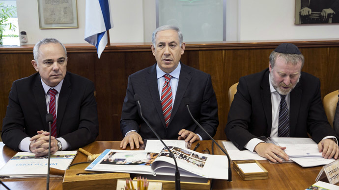 Israel's Prime Minister Benjamin Netanyahu sits next to Cabinet Secretary Avichai Mandelblit (R) and Intelligence Minister Yuval Steinitz (L) during a weekly cabinet meeting at his office in Jerusalem March 30, 2014. (Reutes/Baz Ratner)