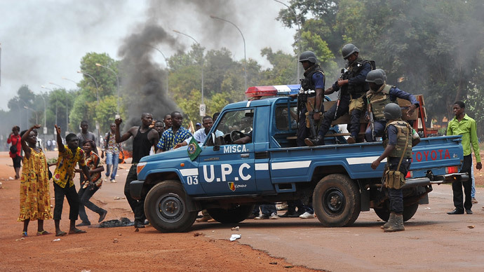 Congolese soldiers from African-led International Support Mission to CAR face students who demonstrate on March 12, 2014, near the Bangui university (AFP-Photo / Sia Kambou)