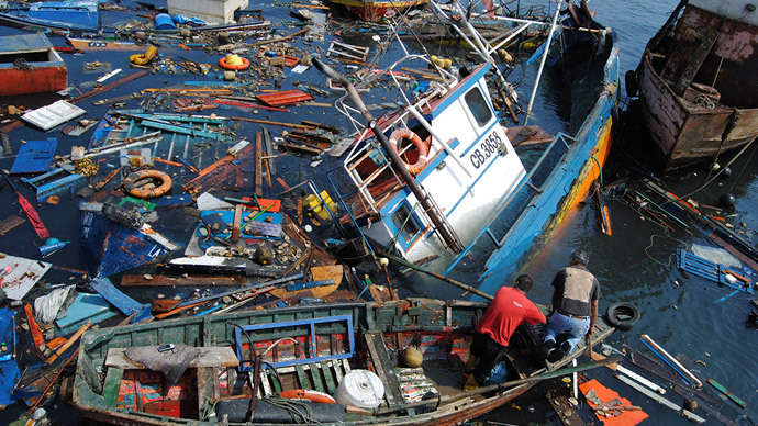 Fishermen try to salvage their boats in the aftermath of an earthquake and tsunami that hit the northern port of Iquique, April 2, 2014. (Reuters / Francisco Alcayaga Motta)