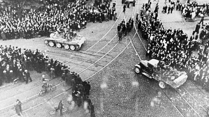 Riga workers meet the Red Army troops, June 17, 1940.  (RIA Novosti/Tichonov)