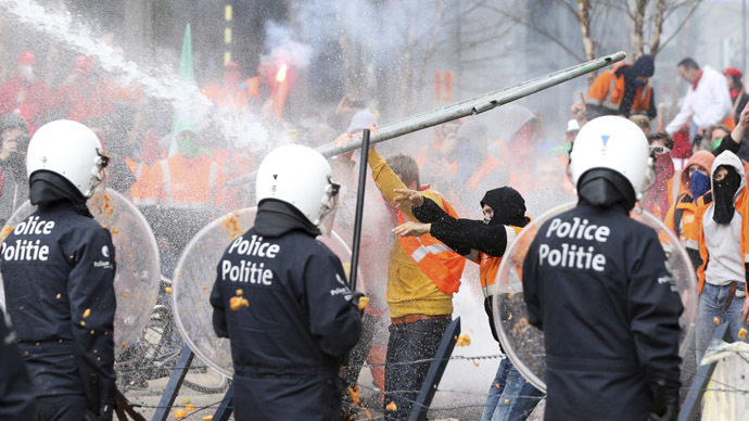 Demonstrators clash with riot police officers during a European trade union protest against austerity measures, in central Brussels April 4, 2014.  (Reuters/Francois Lenoir)