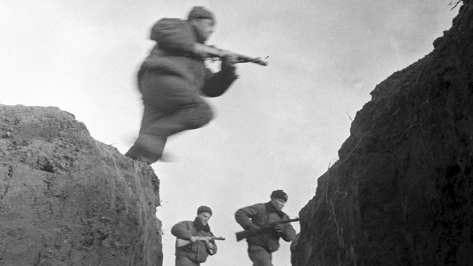Soviet troops advance near Kerch in 1943 (RIA Novosti / Sokolenko)