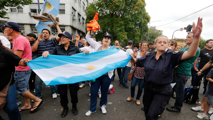 Police officers and their relatives from La Plata, capital of Buenos Aires province, take part in a protest in downtown La Plata December 9, 2013. (Reuters / Enrique Marcarian)