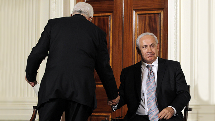 Palestinian President Mahmoud Abbas (left) shakes hands with Israeli Prime Minister Benjamin Netanyahu (Reuters / Jason Reed)
