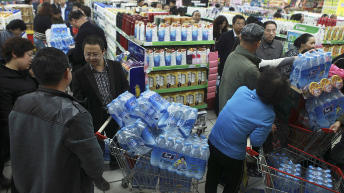 People line up to buy cartons of bottled water at a supermarket after reports on heavy levels of benzene in local tap water, in Lanzhou, Gansu province April 11, 2014. (Reuters)