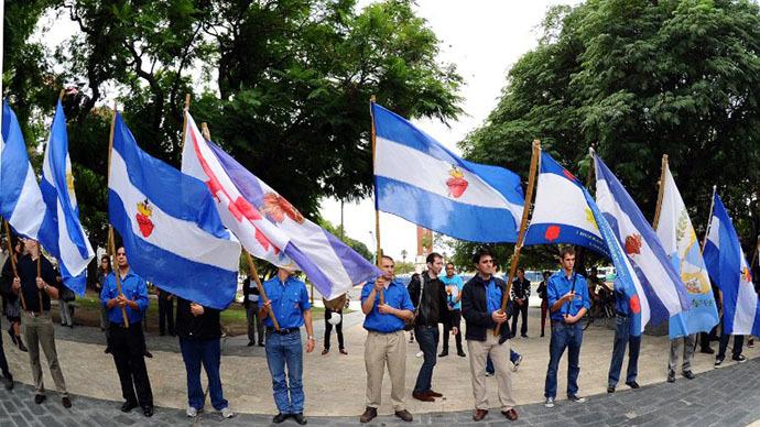 Veteranos de 1982 Falklands (Malvinas) Guerra e parentes participam de uma cerimônia na Praça San Martin para honrar os soldados que morreram no conflito do Atlântico Sul entre Grã-Bretanha e Argentina, em Buenos Aires, em 02 de abril de 2014, durante o 32º aniversário da guerra.  (AFP Photo / Daniel Garcia)