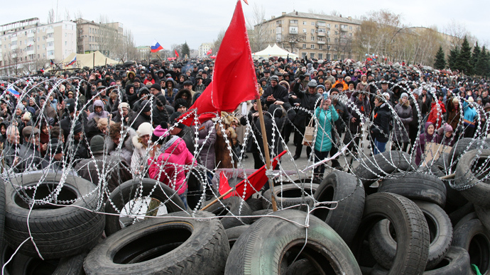 Pro-Russian supporters rally in front a barricade outside the regional state building in the eastern Ukrainian city of Donetsk on April 12, 2014 (AFP Photo / Alexander Khudoteply)