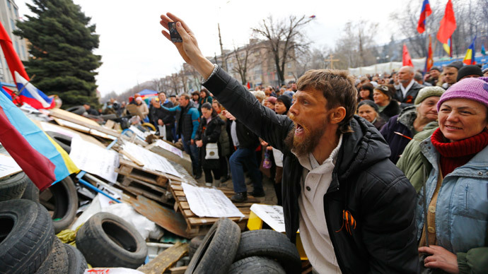 Pro-Russian protesters attend a rally in front of the seized office of the SBU state security service in Luhansk, eastern Ukraine April 14, 2014. (Reuters / Shamil Zhumatov)