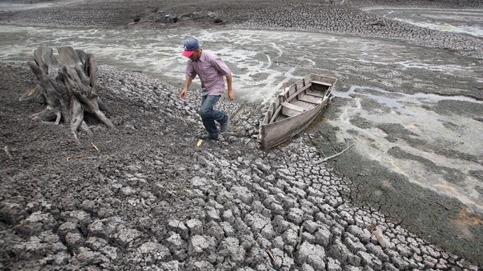 A farmer walks past his boat in Las Canoas Lake, some 59 km (37 miles) north of the capital Managua.(Reuters / Oswaldo Rivas)