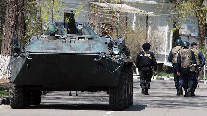 Ukrainian policemen guard the Ukrainian military base in the southeast city of Mariupol on April 17, 2014 (AFP Photo / Alexander Khudoteply)