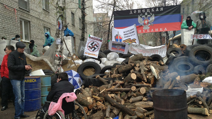 Supporters of the referendum on Ukraine's federalization are seen on barricades outside the building of the district department of internal affairs in the city of Slavyansk, Donetsk Region. (RIA Novosti)