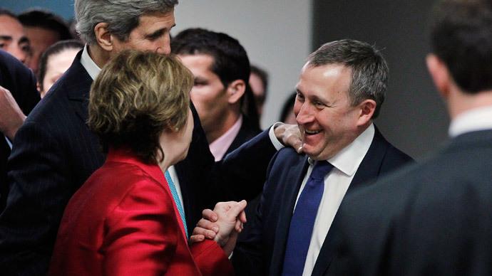 Ukrainian Foreign Minister Andriy Deshchytsia (R) stops U.S. Secretary of State John Kerry (L) and European Union High Representative Catherine Ashton (C) in Geneva April 17, 2014. (Reuters / Jim Bourg)