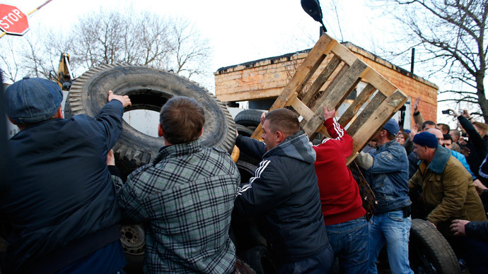 Anti-government protesters build a barricade in front of an Ukrainian airbase in Kramatorsk, in eastern Ukraine (Reuters / Marko Djurica)