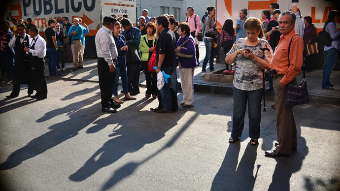 People remain in the streets after a strong earthquake rattled Mexico City on April 18 , 2014. (AFP Photo / Yuri Cortez)