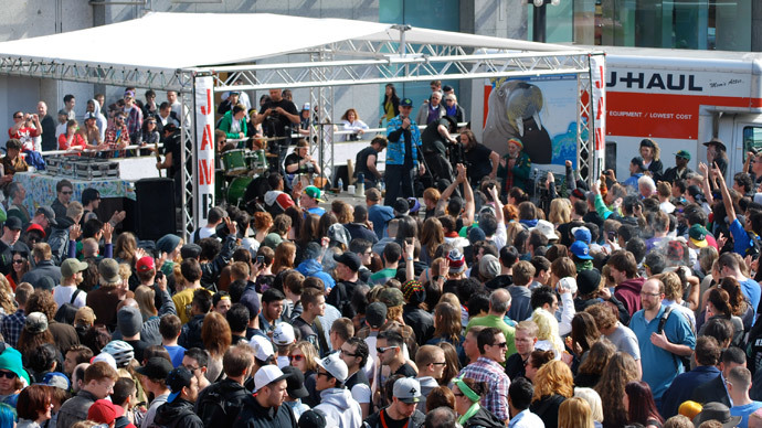 Marijuana users and activists light up at 4:20 p.m. local time April 20, 2012 in during a massive pot extravaganza outside the Vancouver Art Gallery in Vancouver, Canada.(AFP Photo / Deborah Jones)